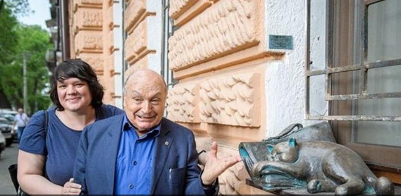 Жванецький із автором скульптури