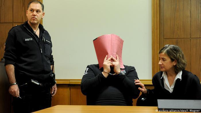 Нільс Хегель закривав обличчя під час судового засідання