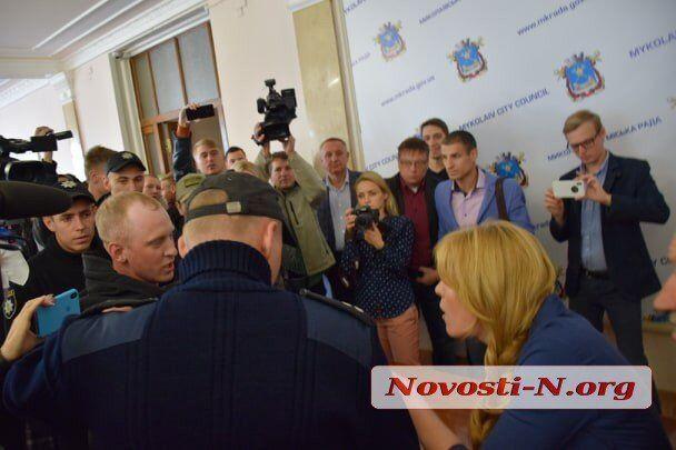 В Николаеве депутатов облили фекалиями