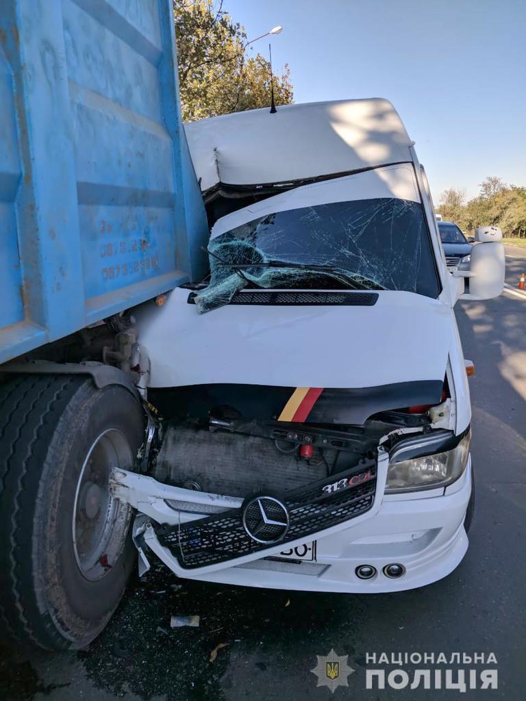 У Миколаєві автобус із дітьми врізався у вантажівку
