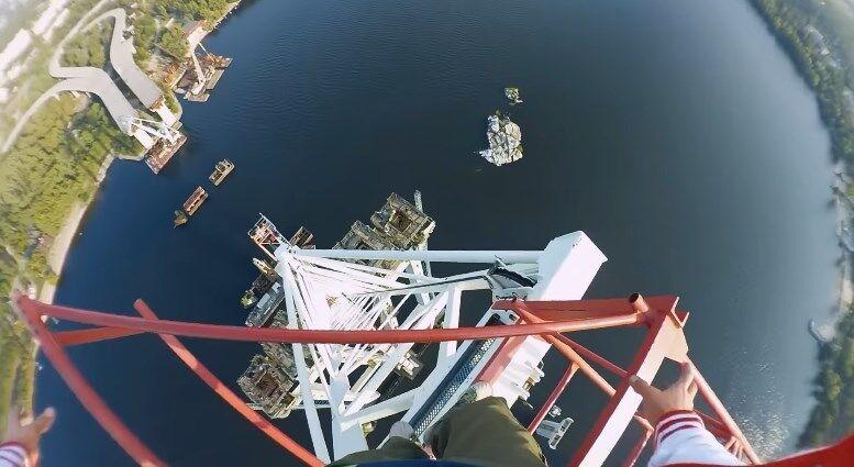 В Запорожье экстремалы поднялись на 200-метровый кран: сумасшедшее видео