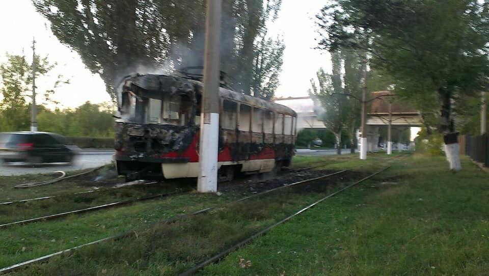 У Маріуполі на ходу загорівся трамвай: відео масштабної пожежі