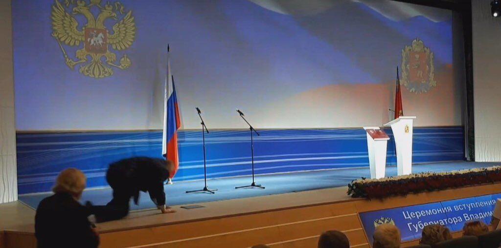 На четвереньки: Жириновский публично оконфузился на массовом мероприятии. Фото- и видеофакт