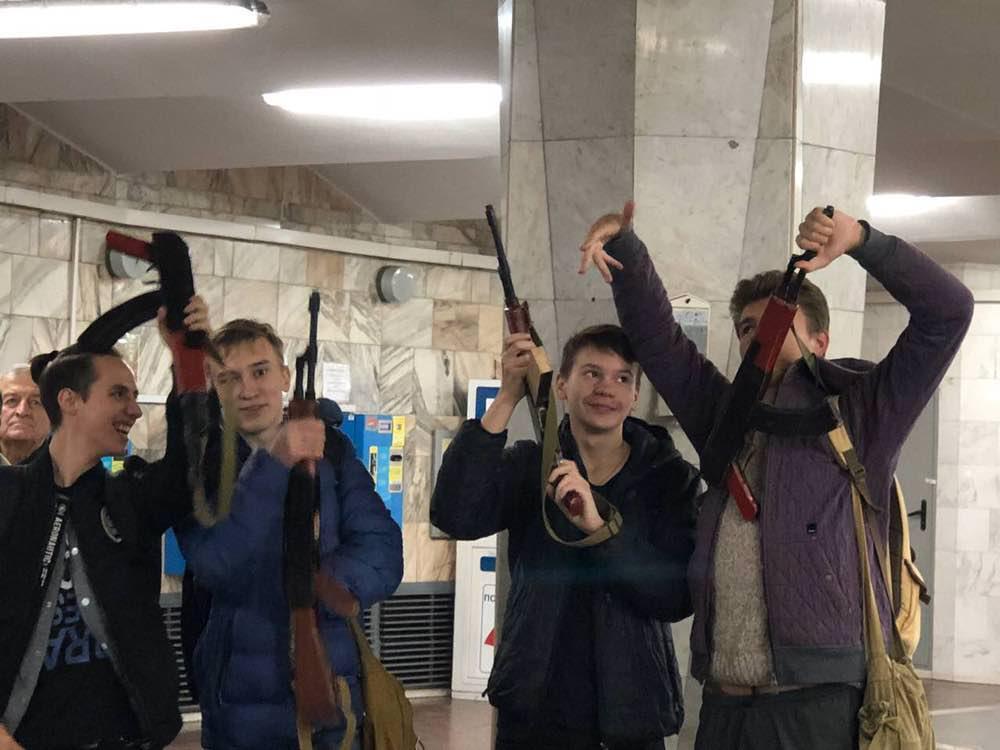 В Харьковском метро произошел конфликт с ''вооруженными'' школьниками