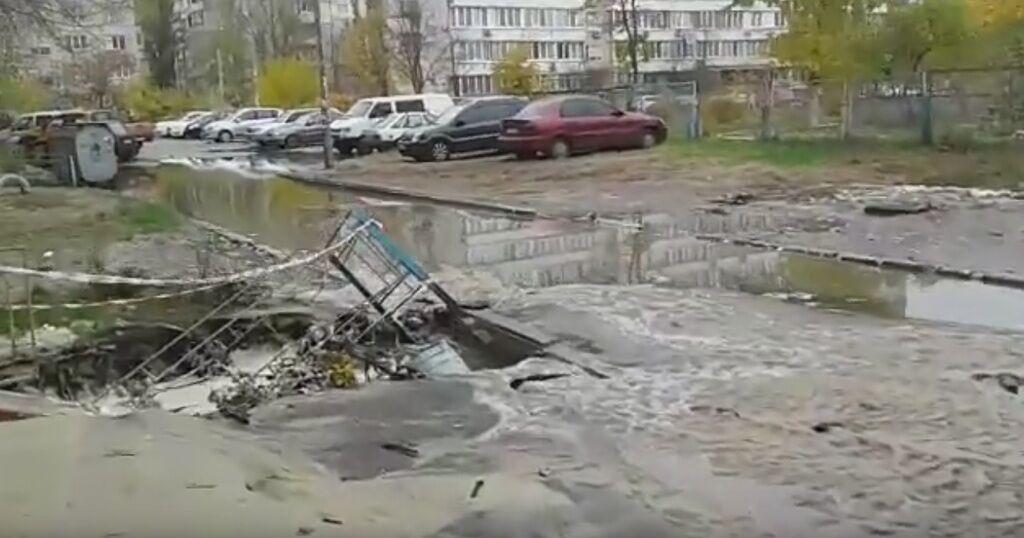 В Киеве прорвало очередную теплотрасу: ужасающее видео