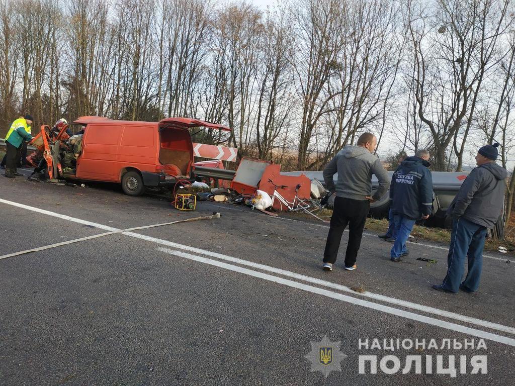 Під Рівним автобус влетів у вантажівку: є жертви