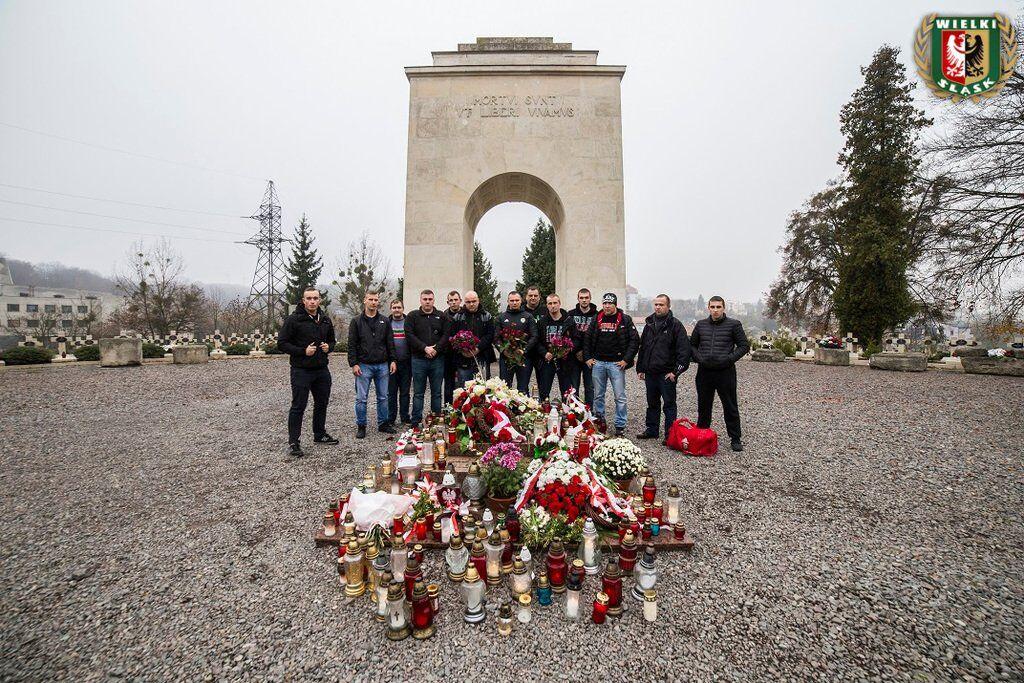 ''Путін - молодець!'' Поляки влаштували фаєр-шоу на кладовищі у Львові