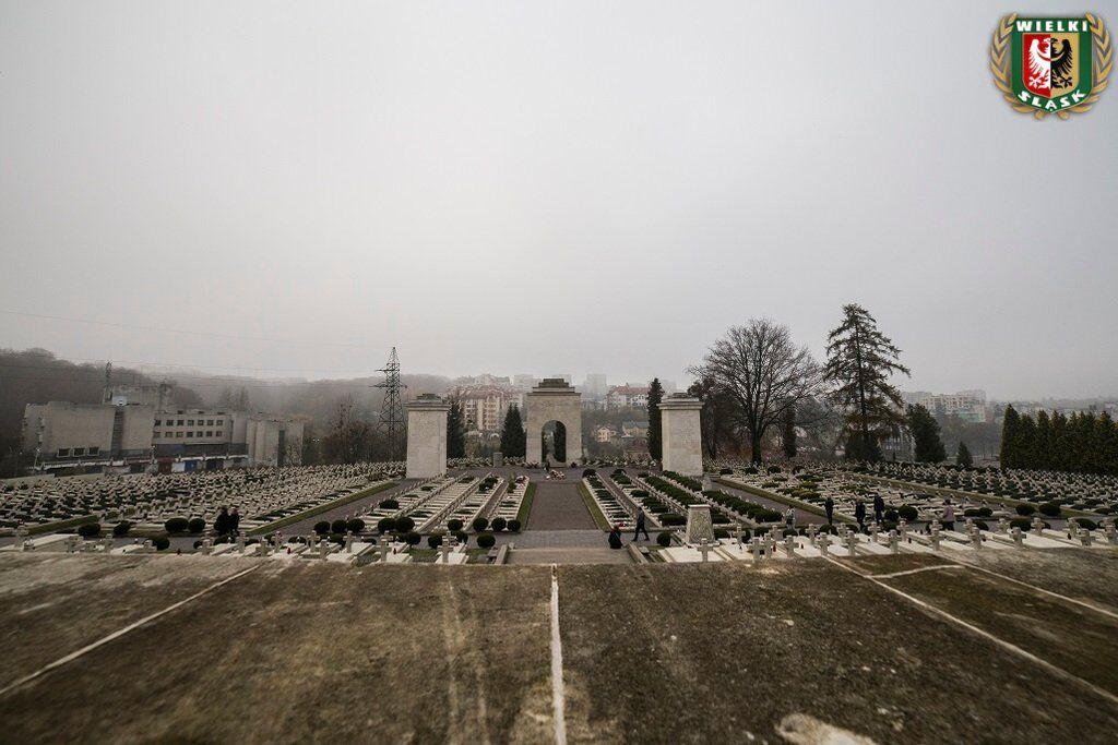 ''Путин аплодирует, Путин – молодец!'' Поляки устроили фаер-шоу на кладбище во Львове