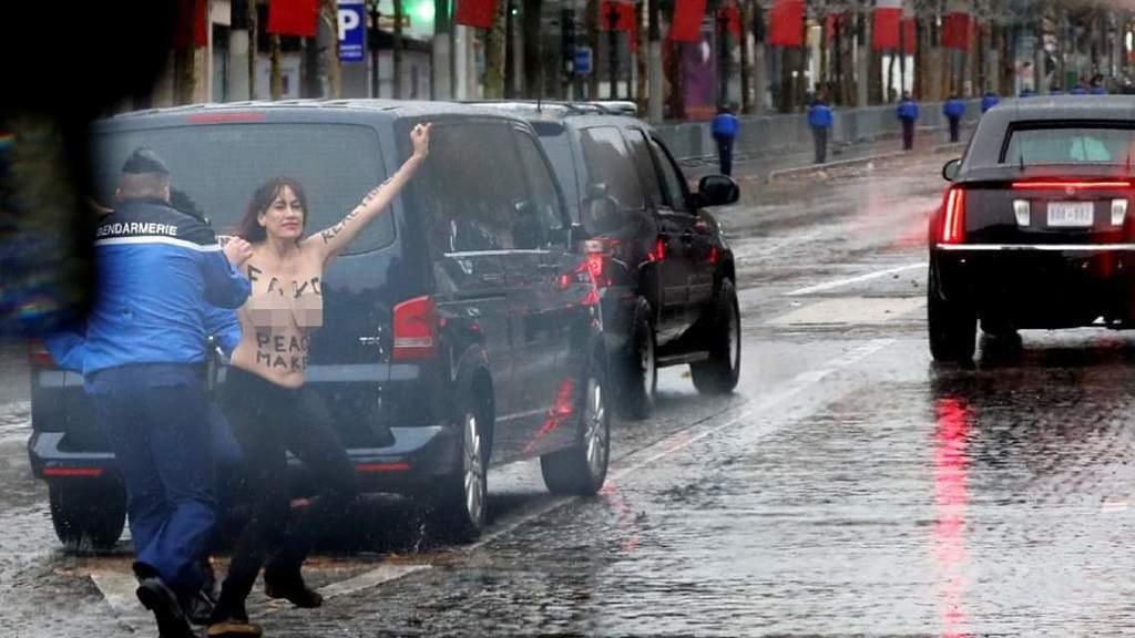 Голая активистка Femen пыталась запрыгнуть на кортеж Трампа. Видеофакт