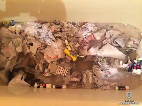 В Запорожье СБУ задержала фальшивомонетчиков. Они утопили купюры в ванной