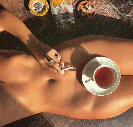 Модель выгнали из Лувра из-за откровенного наряда: горячие фото красотки