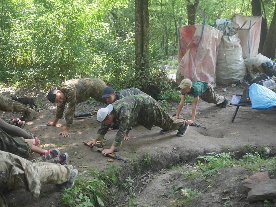 ''Учат убивать русских'': в мировых СМИ разгорелся скандал вокруг детского лагеря в Украине
