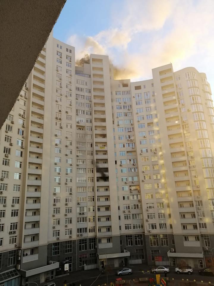''Жители в заложниках!'' В Киеве возник пожар в многоэтажке