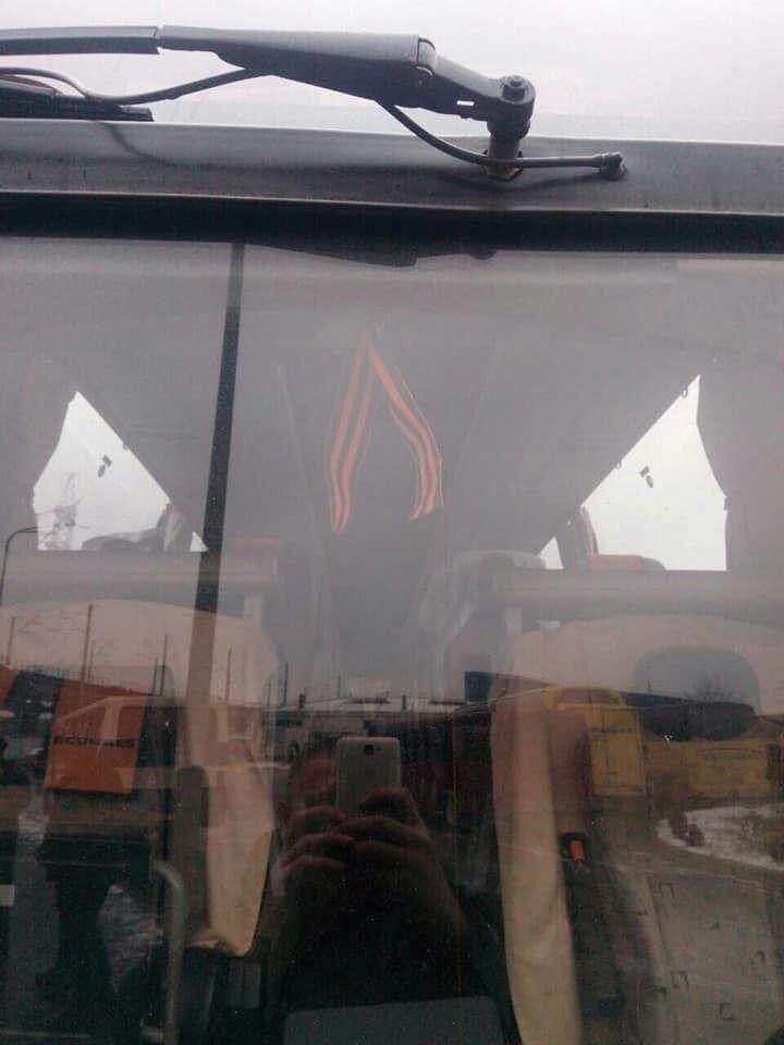 В Киеве на глазах у россиян сожгли георгиевскую ленту