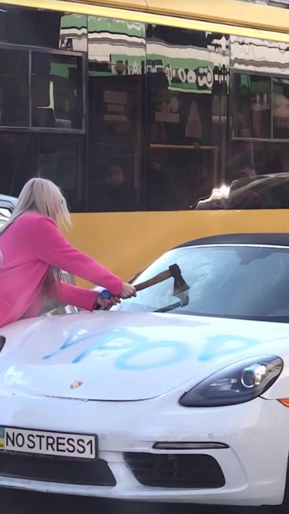 З'явилися подробиці про блондинку, яка трощила сокирою спорткар у Києві