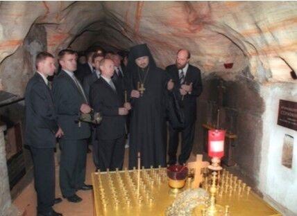 Путин в ПÑково-ПечерÑком монаÑтыре. 18 лет назад