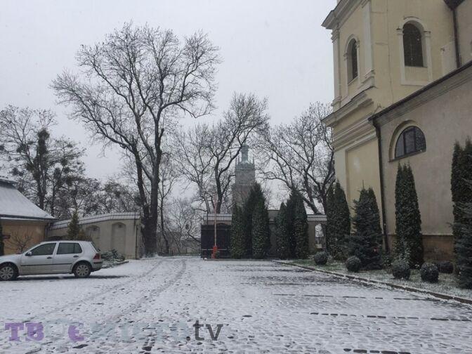 """""""Нарешті!'' Мережа у захваті через перший сніг у Львові"""