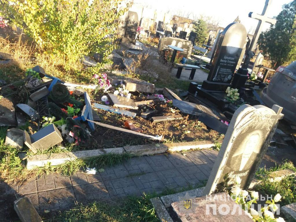 В Харькове священник разгромил кладбище