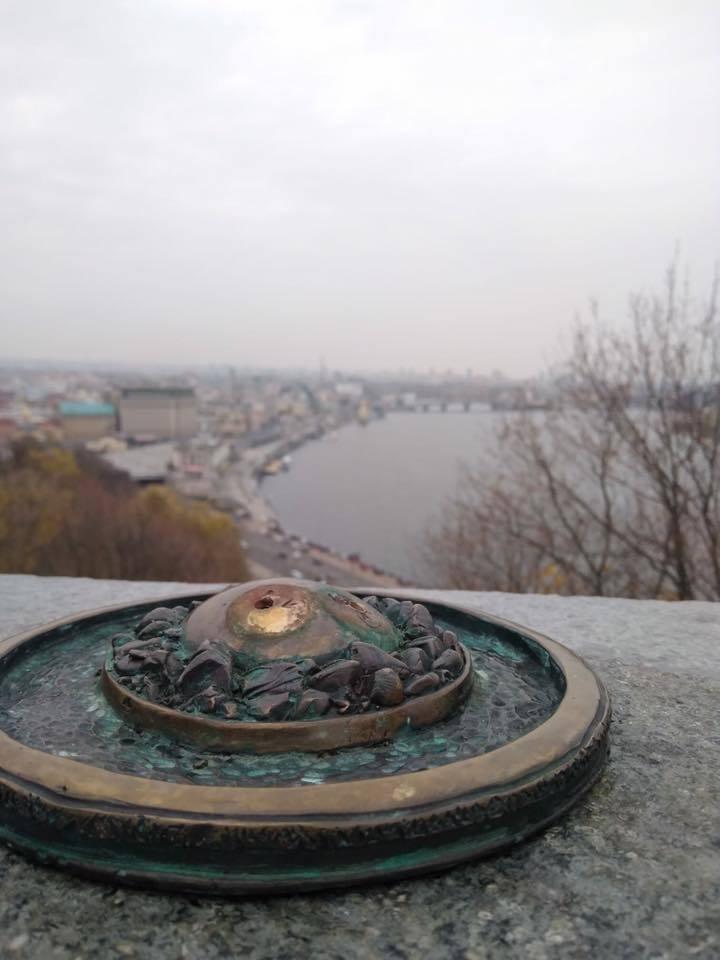 В Киеве вандалы украли новую скульптуру: фото