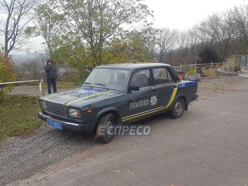 У центрі Києва виявили саморобну могилу дитини: фото