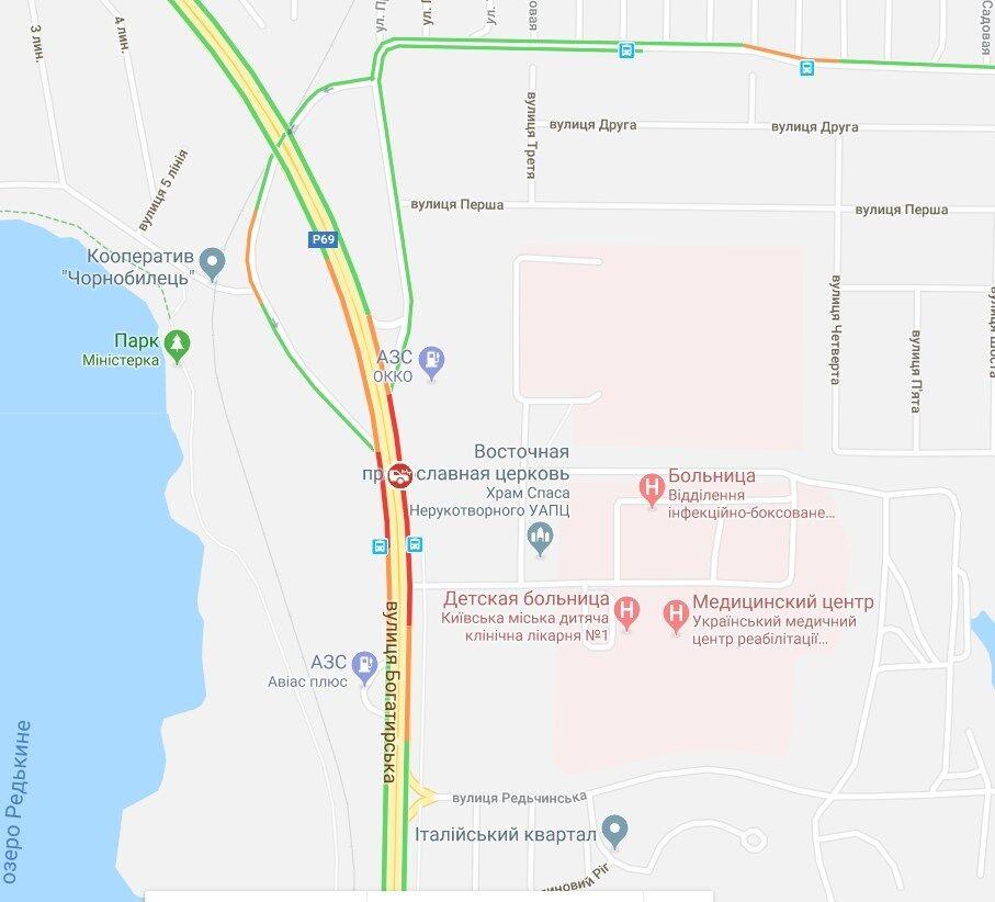 В Киеве авто влетело в пост полиции: видео с места аварии