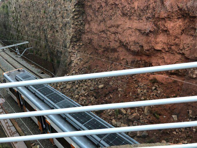 В Испании оползень сбил поезд с рельсов