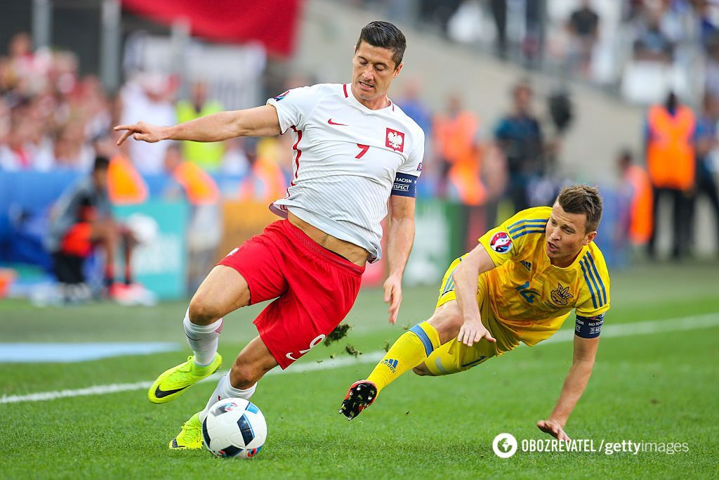 Руслан Ротань (праворуч) на Євро-2016 проти Польщі