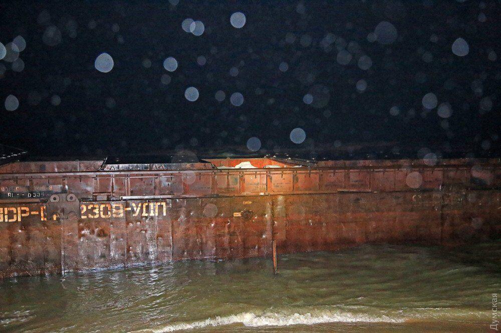 В Одесі прибило до берега баржу з контрабандою із Криму