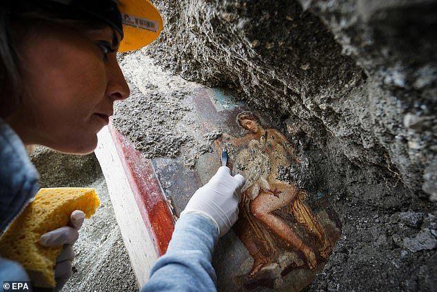 В руинах Помпеи обнаружили эротичную девушку