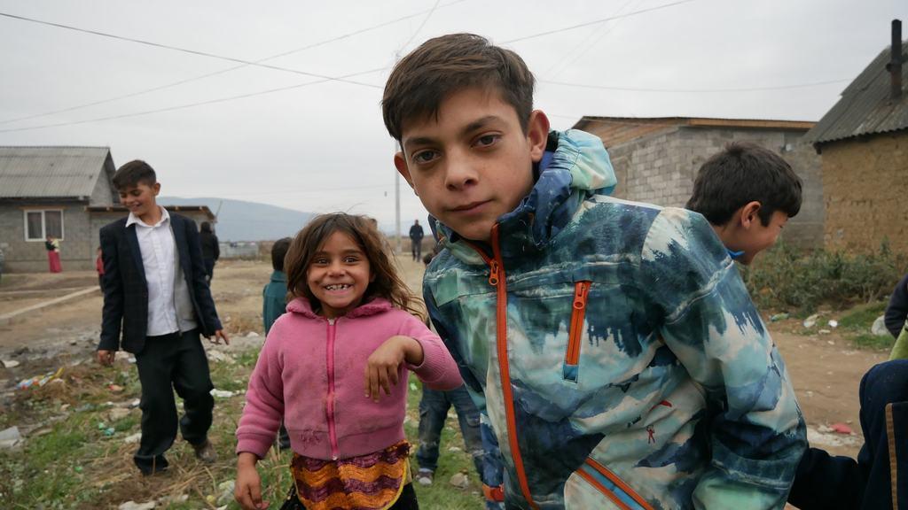 ''Рвали одяг, лупили автомобіль'': на Закарпатті роми напали на журналістів