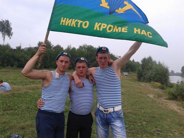 Горбунов із друзями ВДВшниками (в центрі)