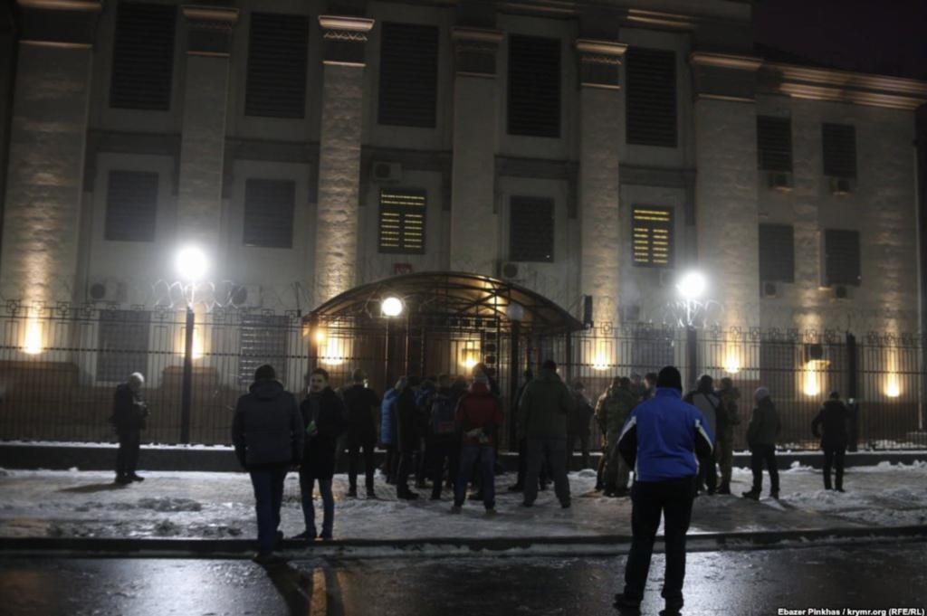 У Києві під посольство Росії принесли шини