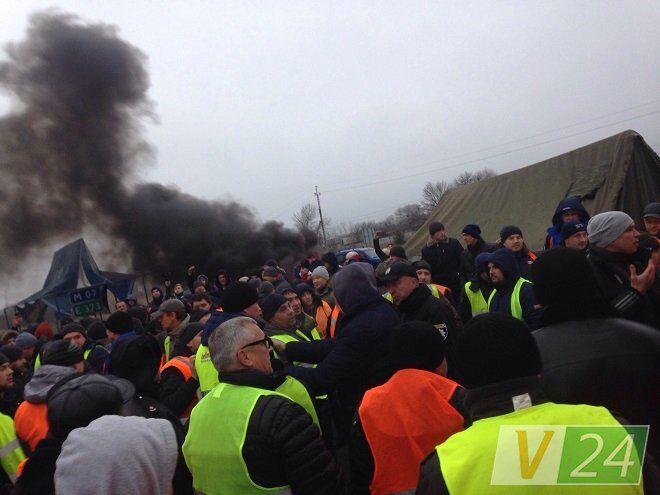 ''Я вас всех порежу'': ''евробляхеры'' устроили массовую драку на границе Украины
