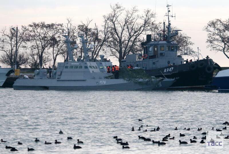 Выставили в центре Керчи: появились первые фото и видео захваченных кораблей ВМС