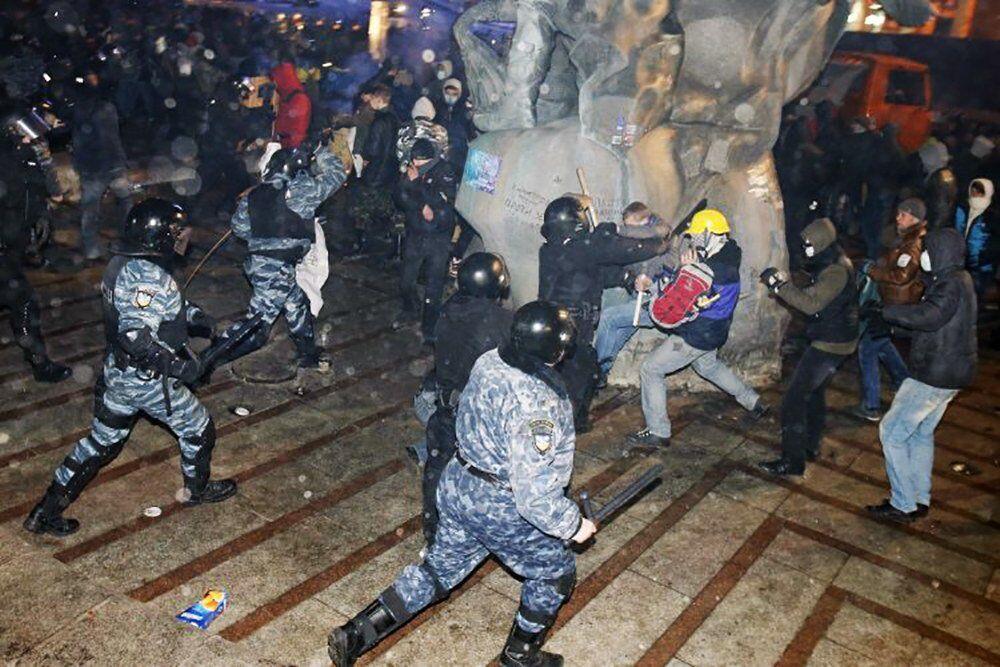 Люди пытались укрыться возле памятника