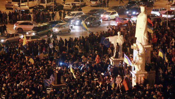После разгона студентов возмущенные люди собрались на Михайловской площади