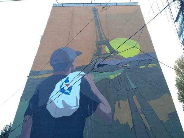 Ейфелева вежа і пакет АТБ: у Дніпрі з'явився дивний мурал