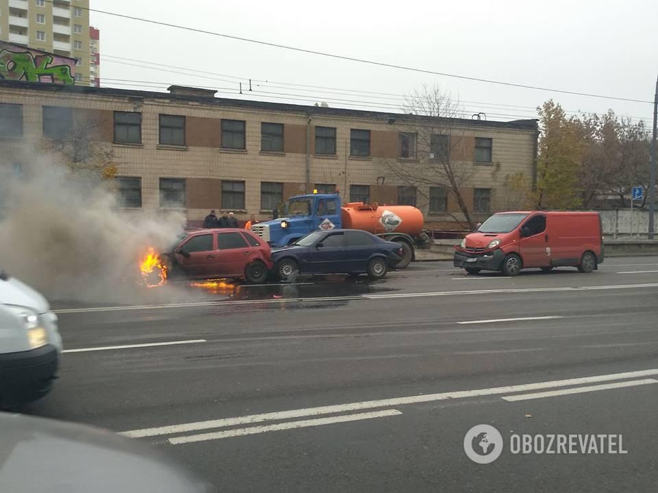 У Києві через ДТП авто загорілося на ходу
