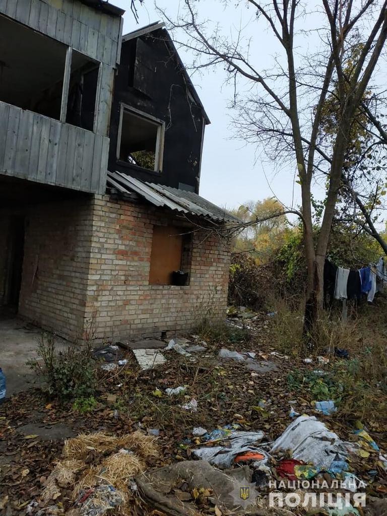 У Києві троє дітей спали на підлозі і жили без документів