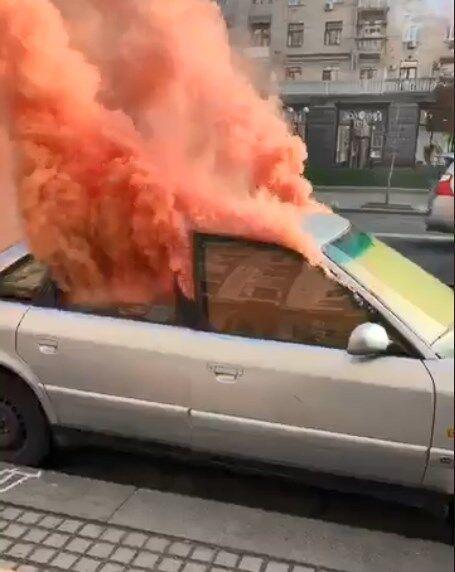 ''Будут гореть машины!'' В Киеве владельцы авто на еврономерах подожгли шашки