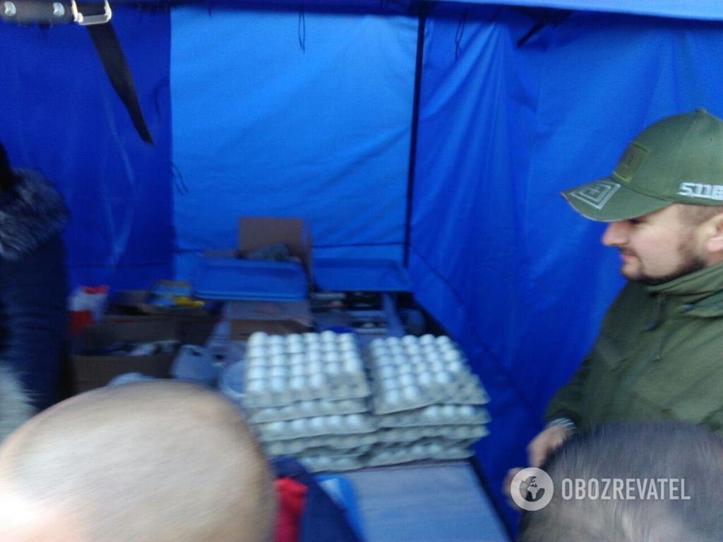 Митингующие установили палатки и принесли яйца