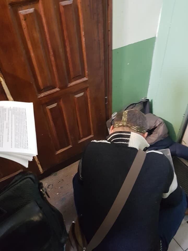 Співробітники ДСНС зламують двері Бережної