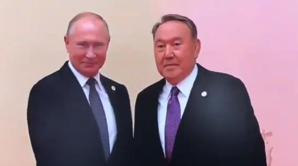 ''В пупок не целовал?'' Путина высмеяли за объятия