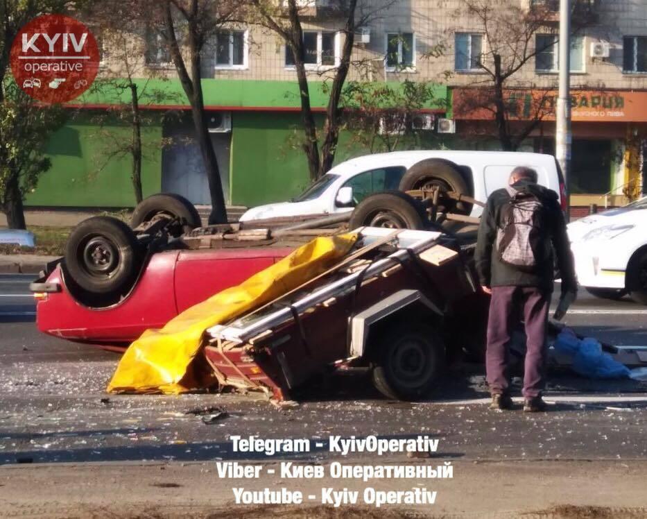 В Киеве авто перевернулось на крышу из-за ДТП