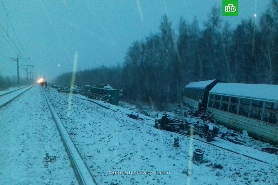 В России опрокинулся поезд с военной техникой: фото с места ЧП