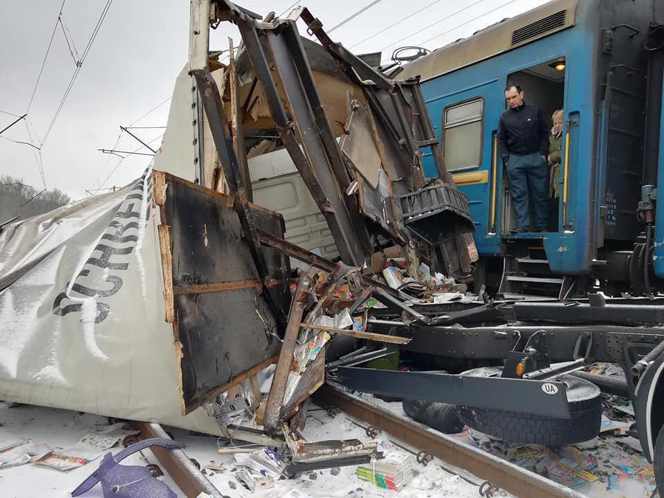Під Харковом потяг зніс фуру: фото