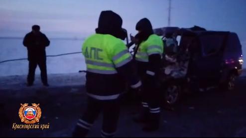 В России микроавтобус с детьми влетел в КамАЗ: двое погибли