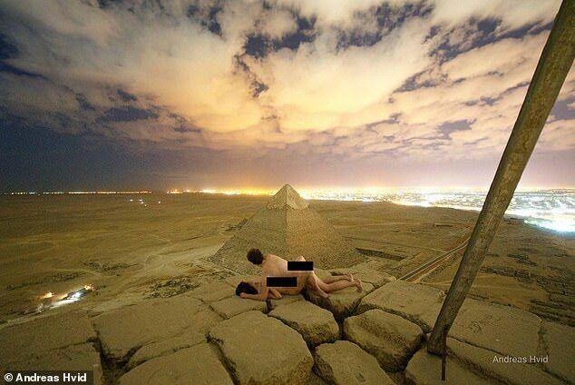 Туристы похвалились фотографией секса на вершине пирамиды в Египте: их ищут власти
