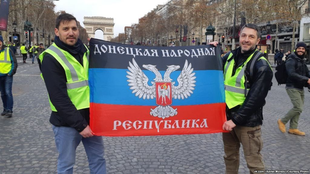 "На протестах во Франции развернули флаг фейковой ""ДНР"""