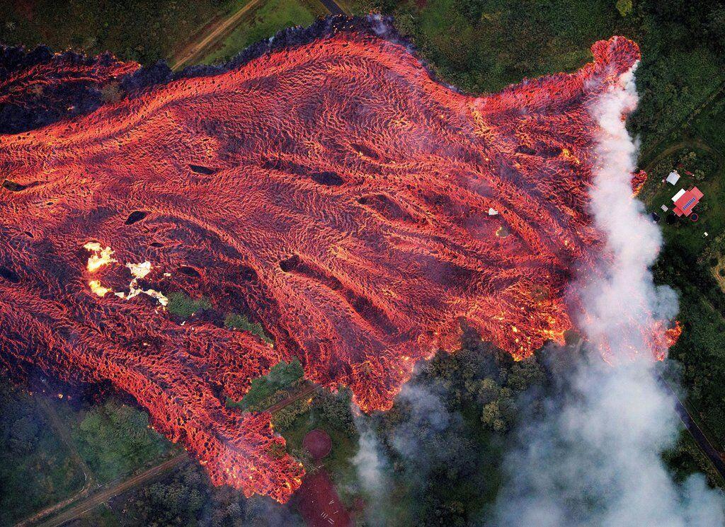 Поток лавы из извергающегося вулкана Килауэа на Гавайях